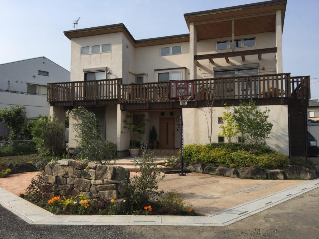 木曽石のモニュメント、真砂土のコンクリート舗装、そして敷きレンガのエントランス|埼玉県鴻巣市 K様邸の外構、エクステリア、植栽工事が