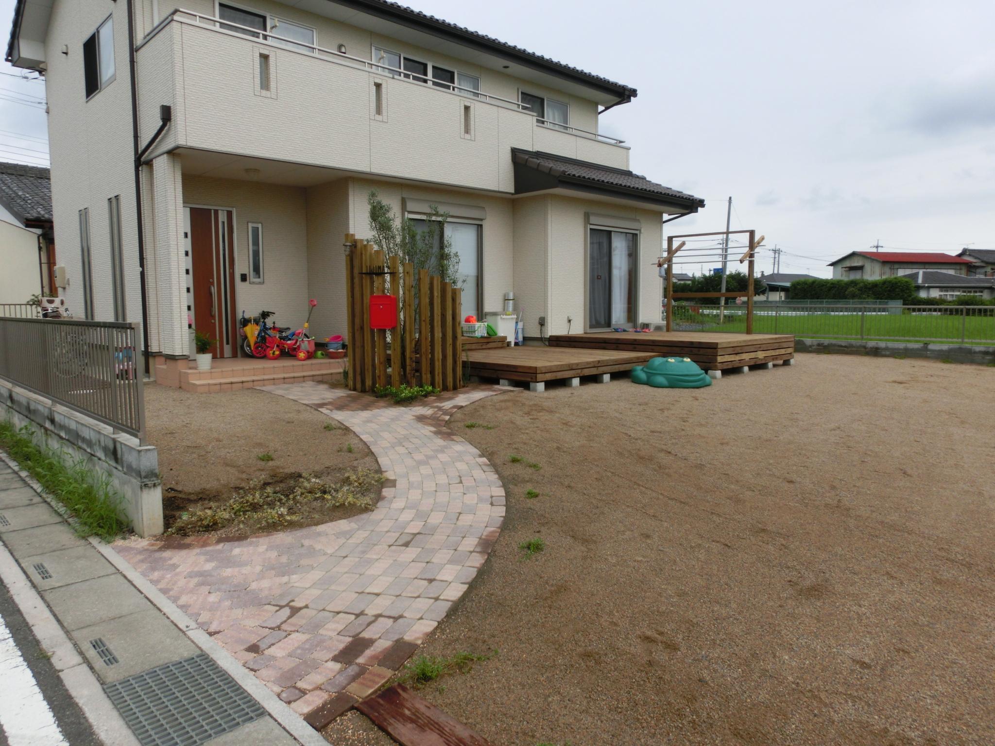 2段式ウッドデッキとレンガアプローチと真砂土のガレージ|大里郡美里町 I様邸の外構、エクステリア、植栽工事