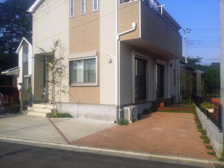 自然な風合いのインターロッキングと変形ウッドデッキ|埼玉県所沢市 H様邸の外構、エクステリア、植栽工事