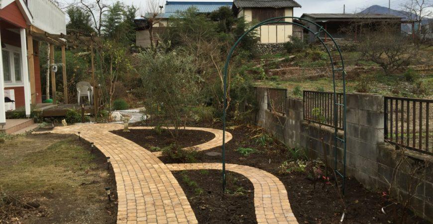 天然石張りのアプローチ|埼玉県秩父市 U様邸のガーデンアプローチのリフォーム工事