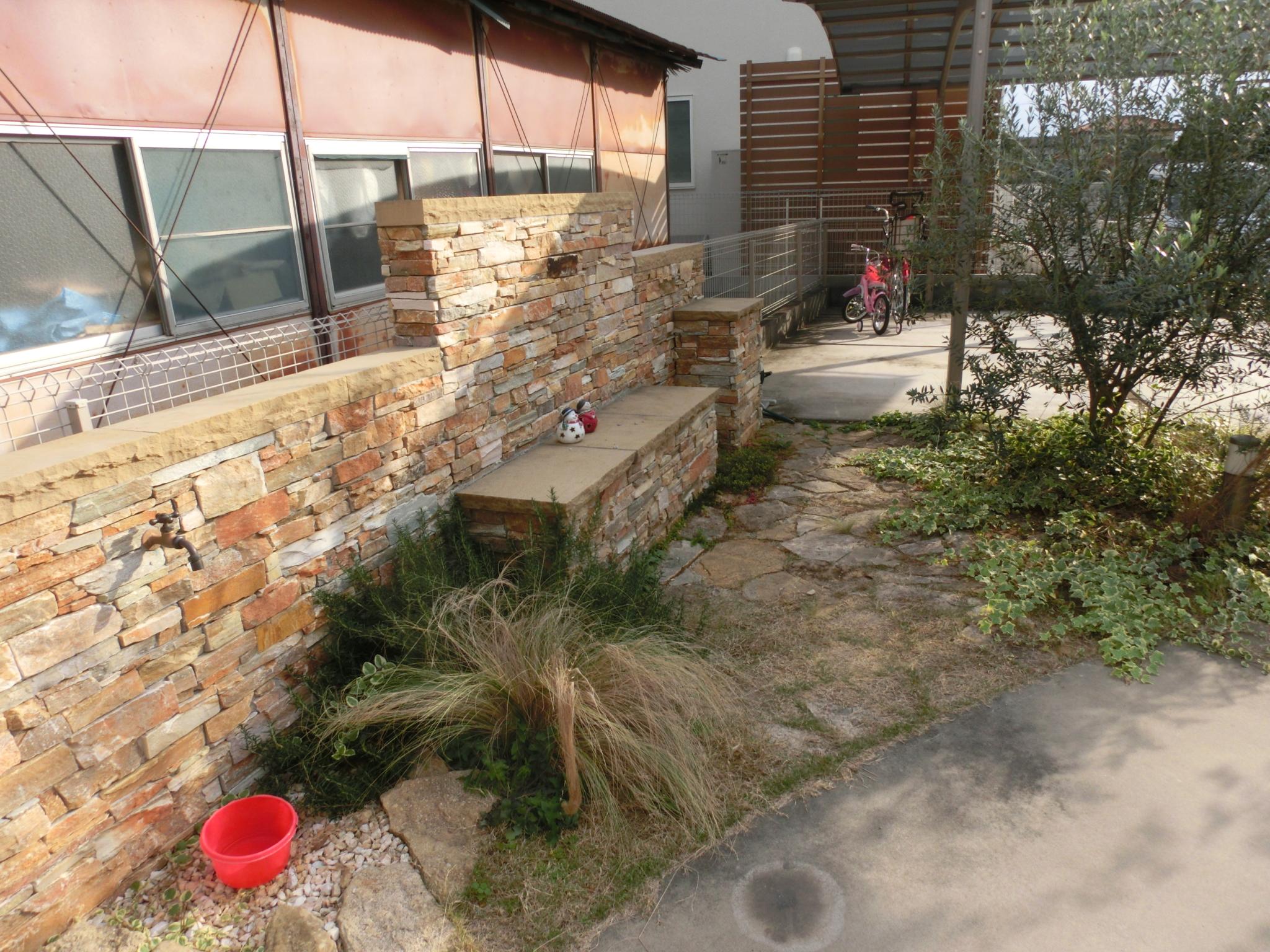 目隠しと給水栓を兼ねたベンチ|埼玉県東松山市在住 N様邸の外構、エクステリア、植栽工事