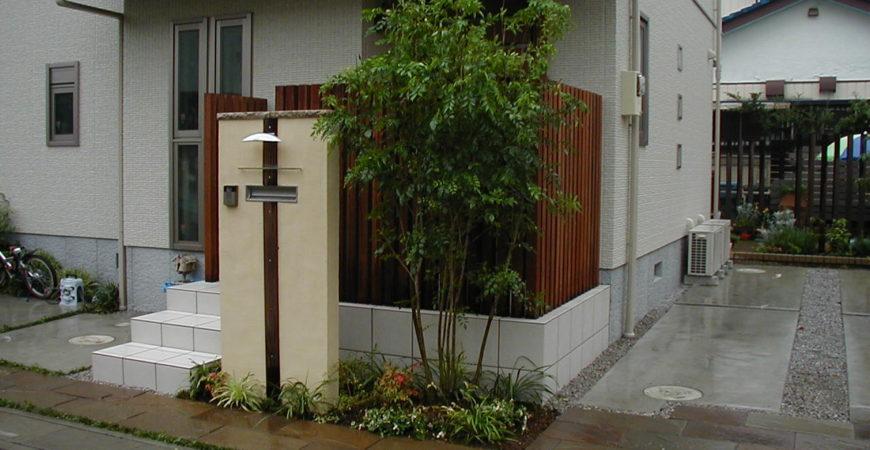 玄関ポーチにウリンのスリット|埼玉県熊谷市 Y様邸のエクステリア、植栽工事