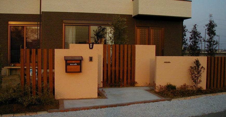 塗り壁とウリン・スリット、かちっとしたエントランス|埼玉県熊谷市 M様邸 外構、エクステリア、植栽工事