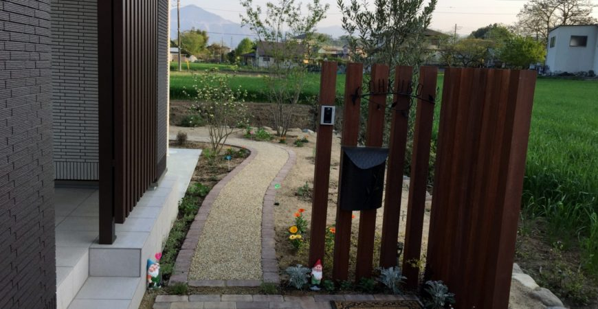 花咲く庭への入口|埼玉県秩父市 O様邸の外構、エクステリア、植栽工事