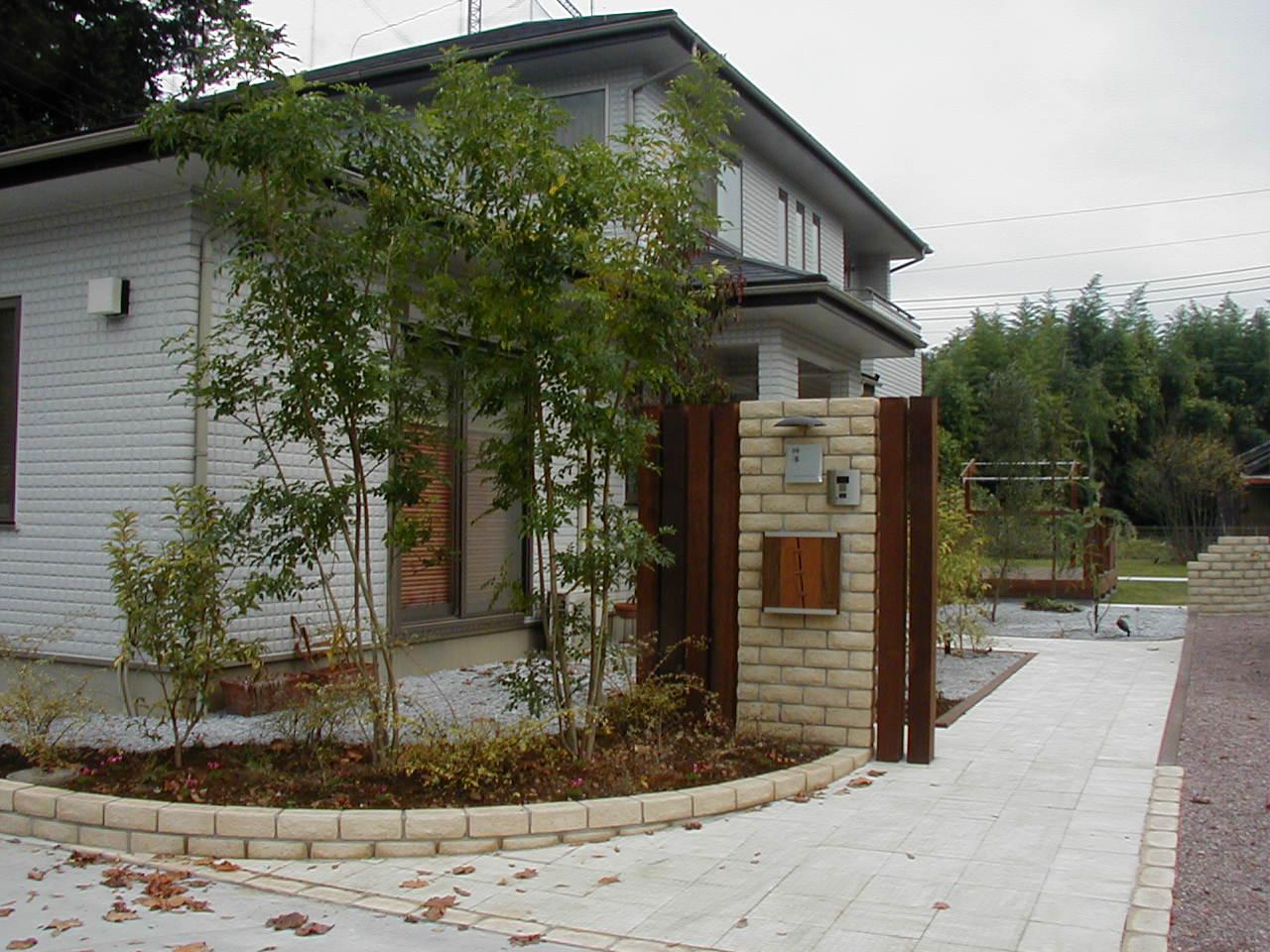 ウリン角材と石材風ブロック門柱のエントランス|埼玉県東松山市 K様邸の外構、エクステリア、植栽工事