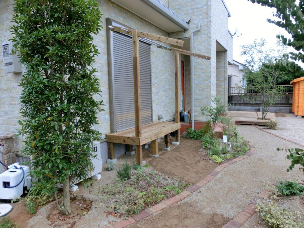 手作り竿掛け付の縁台と低床型ウッドデッキ|埼玉県深谷市 I様邸のエクステリア、植栽工事