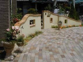 緩やかな曲線のエントランス|埼玉県秩父市のO様邸 外構、エクステリア、植栽工事