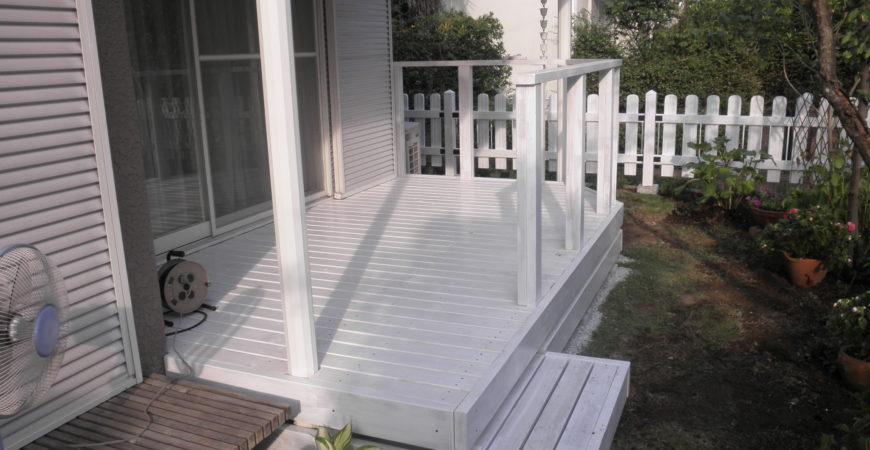 白のウッドデッキとピケットフェンス|比企郡小川町 Y様のエクステリア、植栽工事