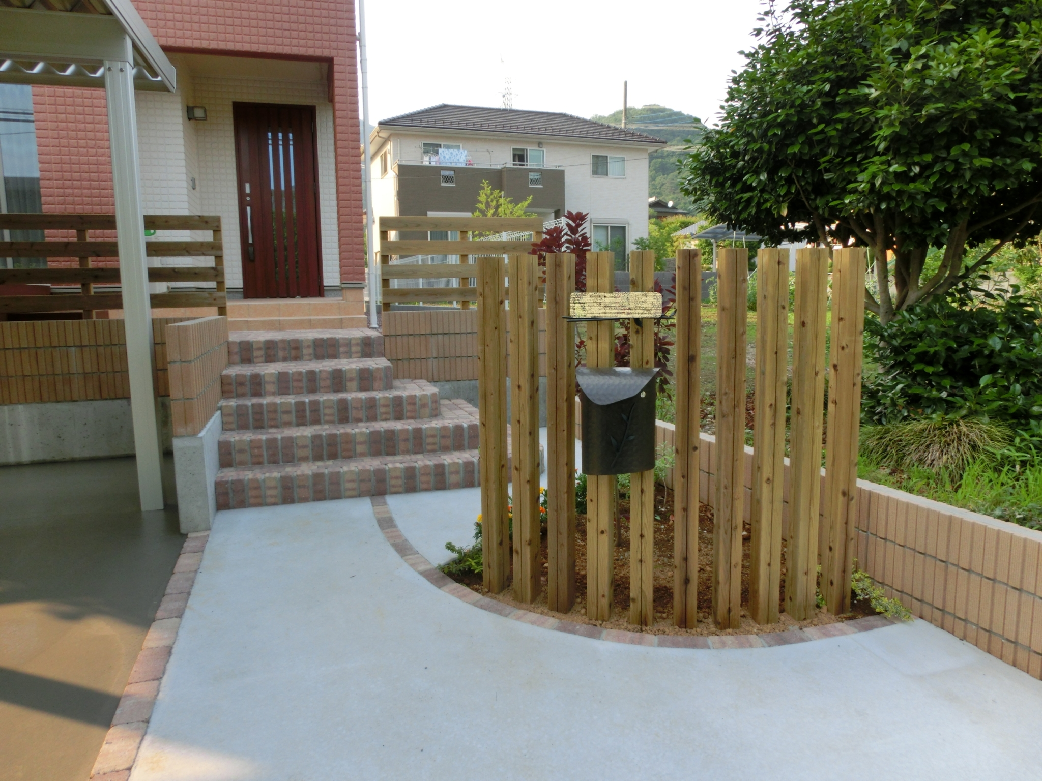 スリット門柱のあるアプローチ|秩父郡長瀞町 N様邸の外構、エクステリア、植栽工事