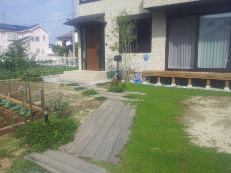 枕木と真砂土のアプローチ|埼玉県熊谷市 T様邸の外構、エクステリア、植栽工事