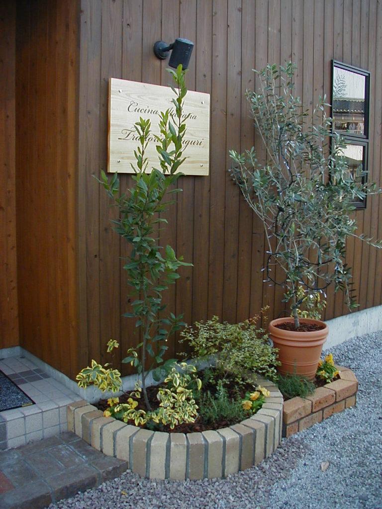 レストラン前のカラー・プランツ植栽|秩父郡長瀞町 O様邸の植栽工事