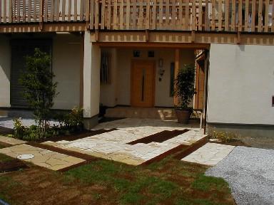 ウリン枕木と天然石のアプローチ|埼玉県鴻巣市のK様邸 外構、エクステリア