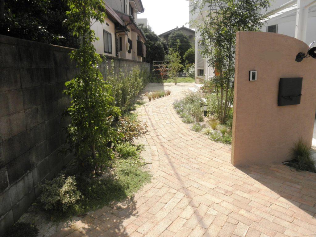 ボーダーガーデンを楽しむレンガアプローチ|埼玉県行田市 K様邸の外構、エクステリア、植栽工事