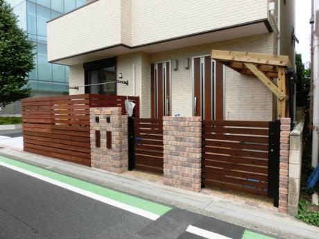 狭小フロントのレンガ門柱+引き戸と木製サイクルポート|埼玉県和光市 K様邸外構、エクステリア