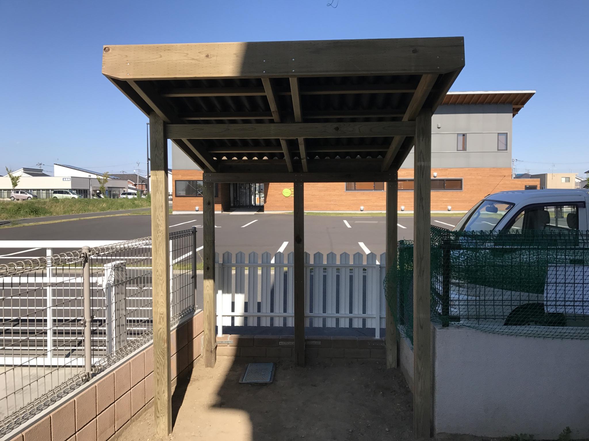 お庭に合わせて造作した木製サイクルポート・パートⅢ|埼玉県本庄市のS様邸のエクステリア