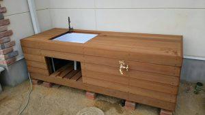 木製のウリン材を使った手作り感のあるシンク