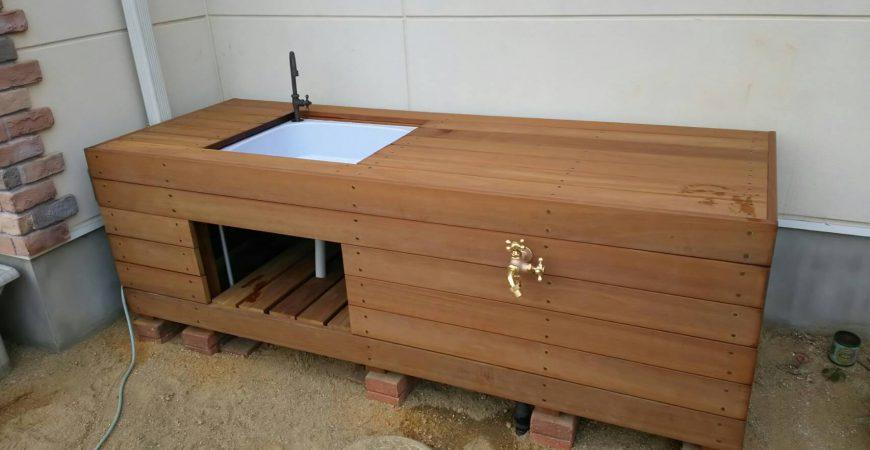 木製のウリン材を使った手作り感のあるシンク|群馬県高崎市のN様邸のエクステリア・外構・植栽