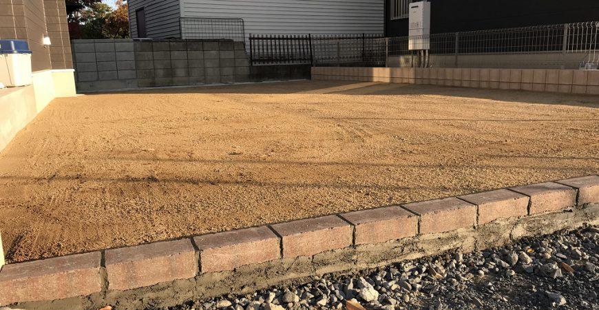 天然の土と砂利で舗装したナチュラルなガレージ|埼玉県本庄市のN様邸の外構リフォーム