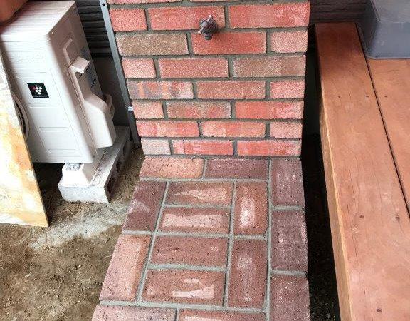 ウッドデッキと一体化したレンガ造りの立水栓|埼玉県入間市のM様邸にてお庭のリフォーム