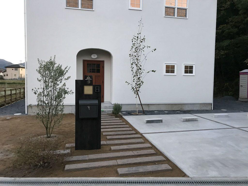 白い壁に映える門柱と緑のアンサンブル|埼玉県秩父市のH様邸にて外構工事