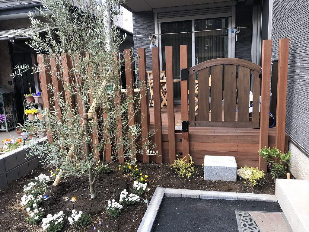 アイアンウッドをふんだんに使用した目隠しフェンスとウッドデッキ|埼玉県入間市のT様邸にてエクステリア工事