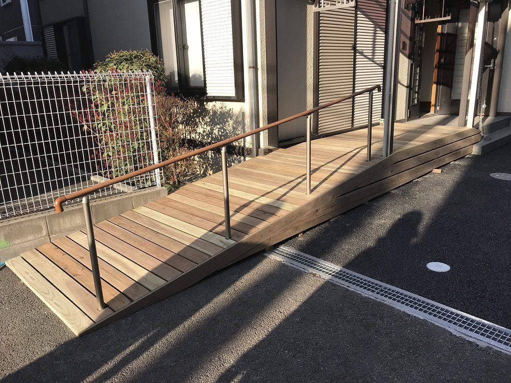 車いすでそのままリビングに入るための木製スロープと手すり|宮城県仙台市のI様邸にてエクステリア工事